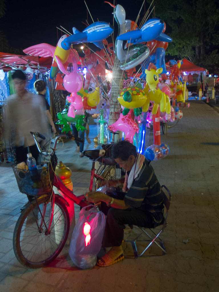 Un cycliste sur le marché de Ventiane