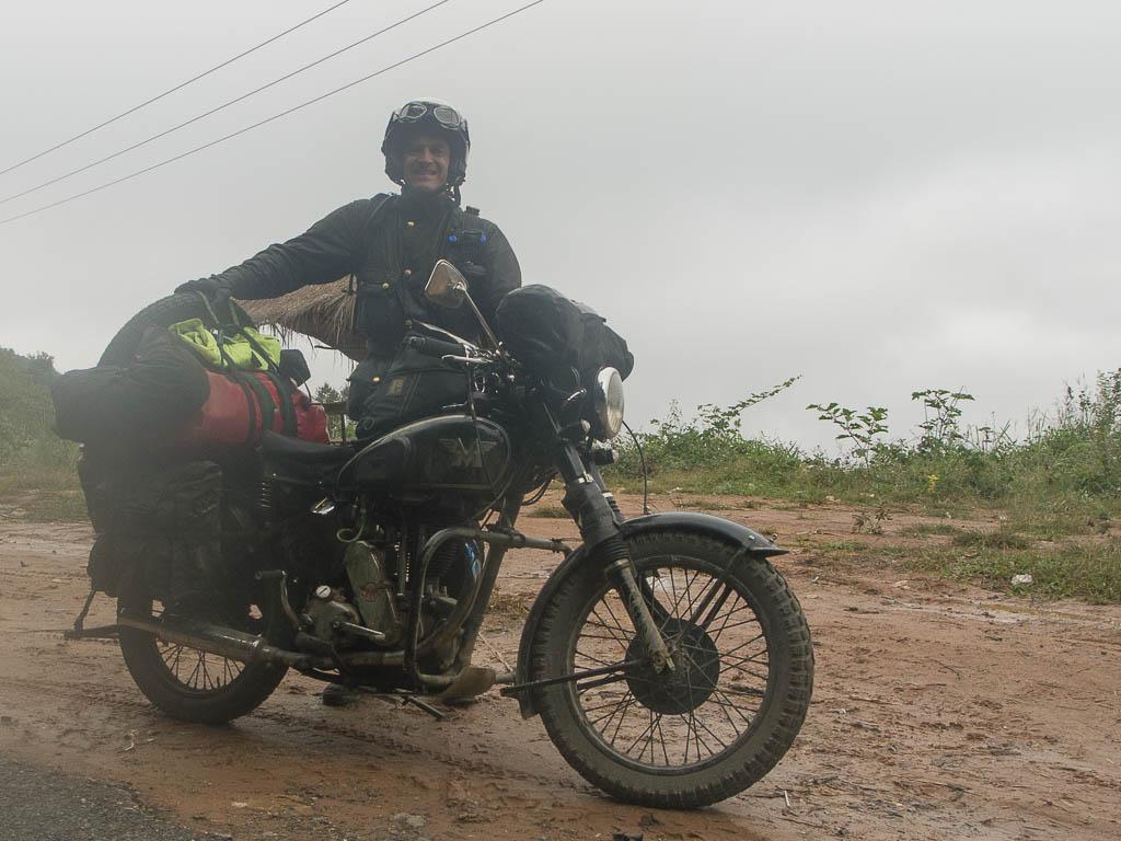 Un motard anglais sur une moto d'époque