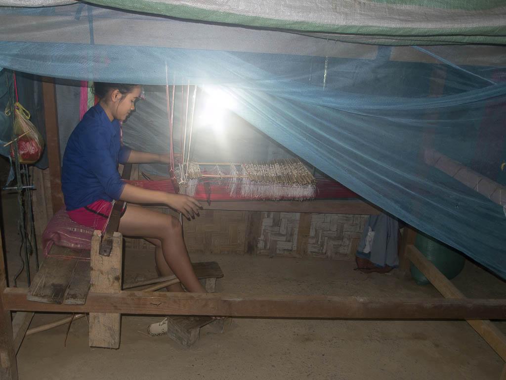 Une charmante laotienne tissant des étoffes