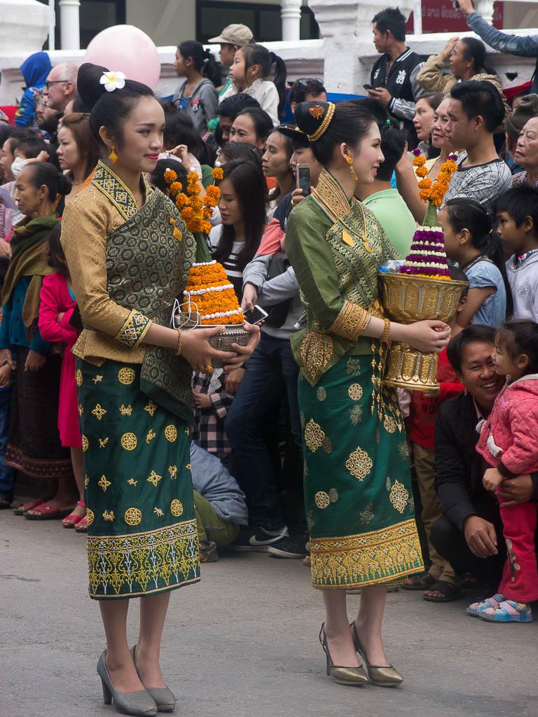 De jolies laotiennes portant le Lao Sinh