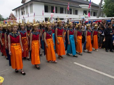 Laotiennes portant le Lao Sinh traditionnel