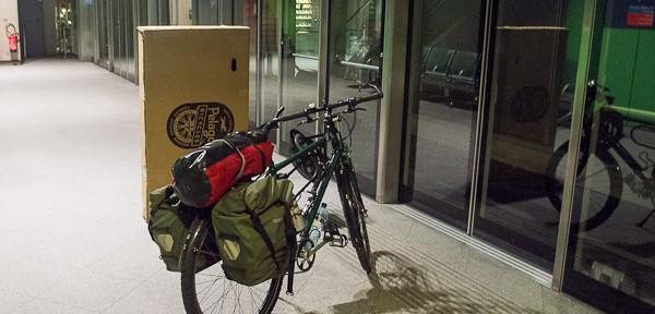 Avec mon vélo et un carton d'emballage avant le départ à Roissy