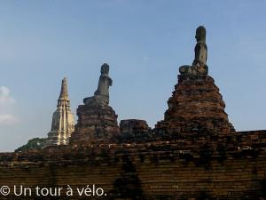 Wat Chai Watthanaram : Bouddhas regardant vers la rivière