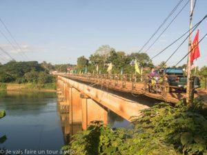 R.N. 10 : pont franchissant la Nam Ngum River.