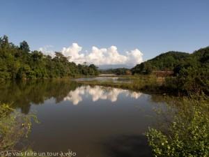 Passage au bord du Lac Ngam Ngum (extrémité nord)