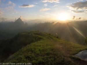 Mon premier sommet laotien avant Phou Khoun. La nuit commence à tomber.