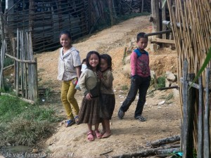Dans chaque village, les enfants accourent.