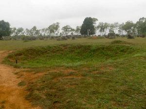 Trou de bombe sur le site n°1 de la Plaine de jarres