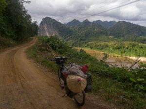 Piste longeant la rivière Nam Ou