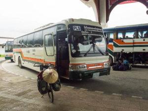 Bus pour traversée le pont de l'amitié IV