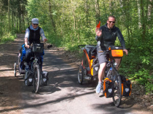 Couple allemand en vélo se rendant en Finlande et tractant leur bébé et leur chien.