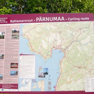Panneau à l'arrivée en Estonie: chouette il y a un terrain de camping gratuit à 10 km.