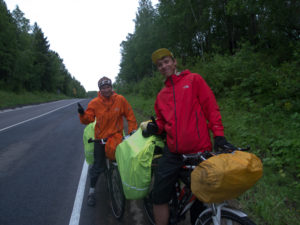 Un couple de cyclistes russes qui se dirigent vers la Crimée