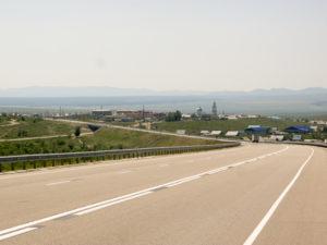 Au fond, la frontière entre la Russie et la Mongolie