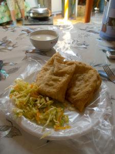 Suukhuurs accompagnés de légumes et de thé au lait : un classique de la cuisine mongole