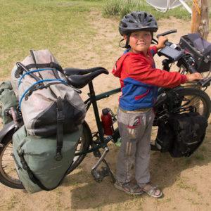 Le voisin nous a rendu visite : peut être un futur voyageur à vélo.