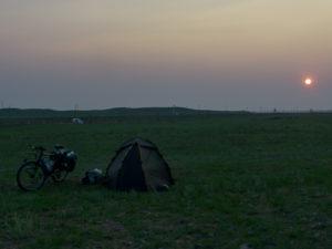 Coucher de soleil le soir avec pour seul horizon le ligne du Transmongolien. Ici la steppe est encore bien présente