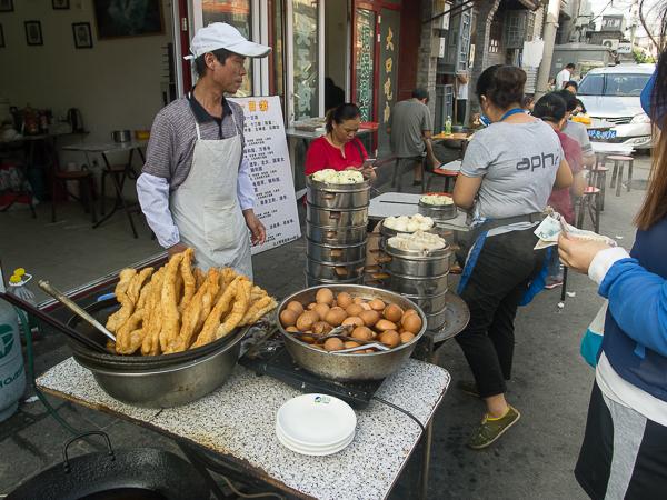 Pekin : petit déjeuner le matin au resto devant la guesthouse