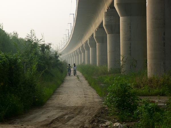 Tout au long du voyage, je vais suivre la ligne à grande vitesse Pékin  -Tianjin. 118 km dont 100 en viaduc..