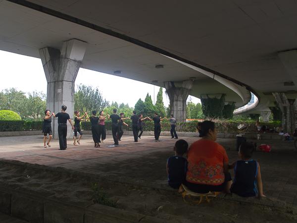 En quittant Tianjin au petit matin : des couples dansent sous un pont