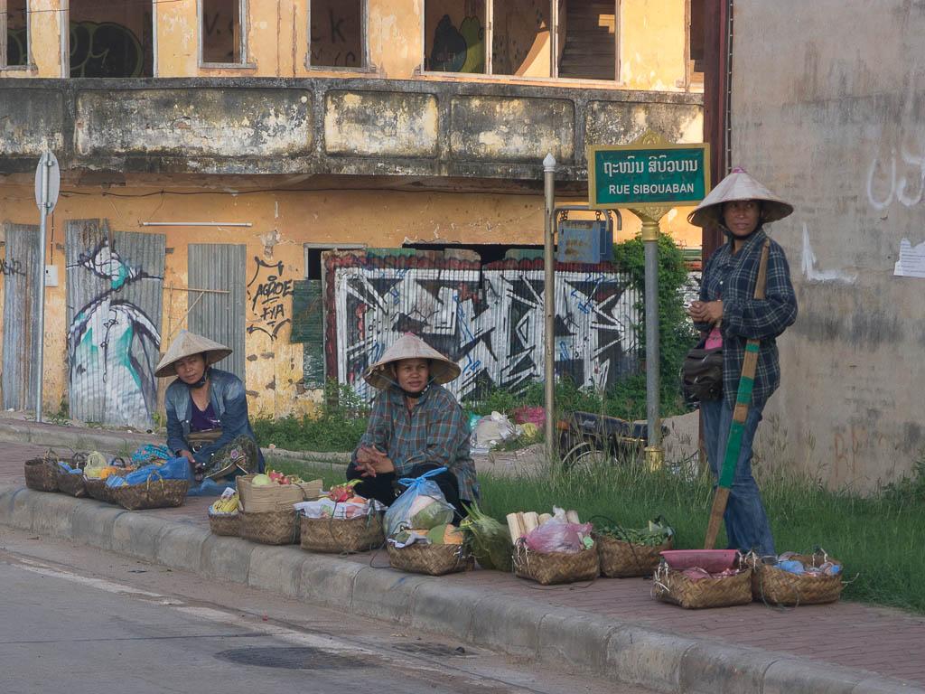 Ventiane : paysannes vendant des fruits
