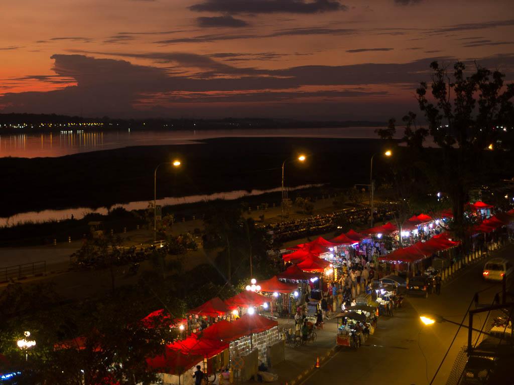 Ventiane : les bords du Mékong le soir.