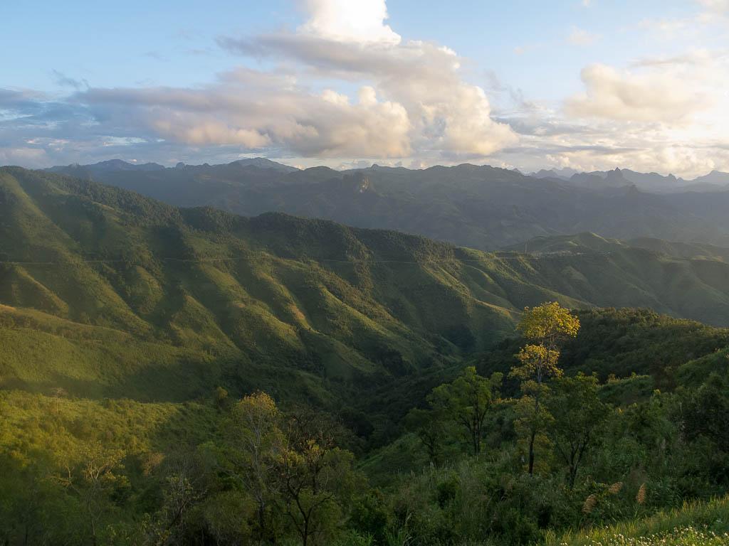 Sur la route entre Kasi et Phou Khoun
