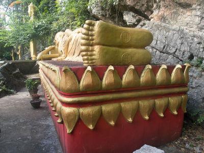 Bouddha couché sur la mont Phousi à Luang Prabang