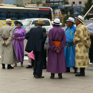 Mongoles en habits traditionnels